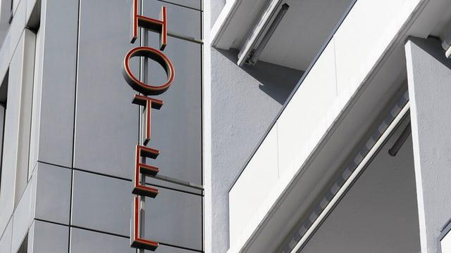 Inscripziun hotel vid ina paraid.