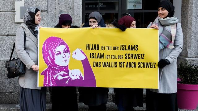 Frauen mit einem Plakat auf dem steht: «Islam ist Teil der Schweiz».