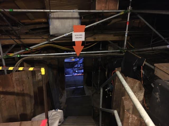 Eingang zu einem unterirdischen Teil der Bühne von Karl's kühne Gassenschau.