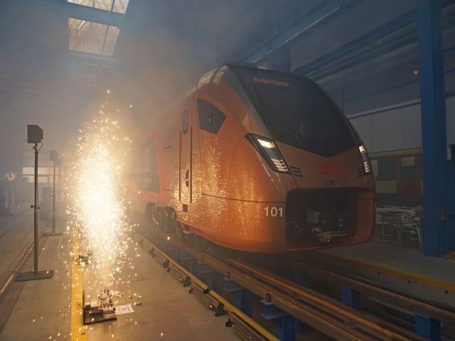 Zug in Halle, kleines Feuerwerk