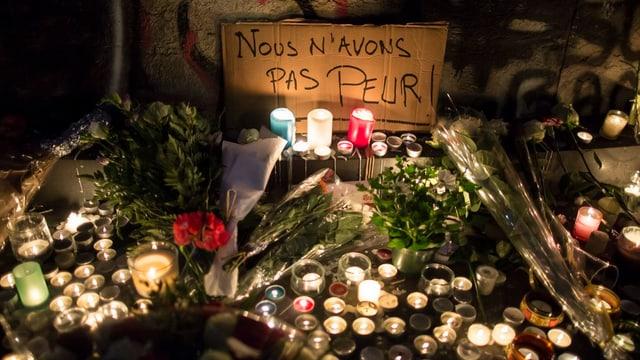 «Nus n'avain nagina tema» ès'i stà da leger sin ils placats ch'èn vegnids deponids sin la Place de la République.