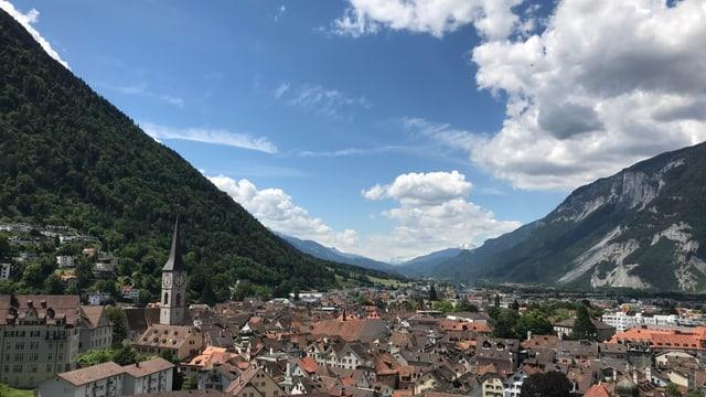 Blick über die Stadt Chur mit blauem Himmel und harmlosen Quellwolken Richtung Calanda.