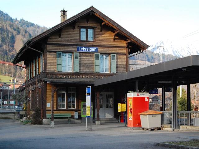 Der Bahnhof Leissigen mitten im Dorf.
