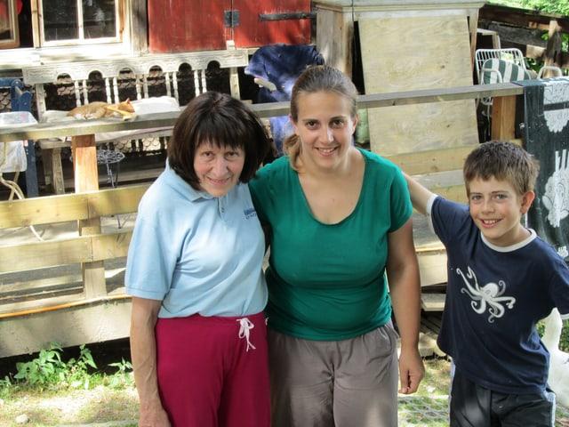 Tierheimbesitzerin mit ihrer Helferin und deren Sohn