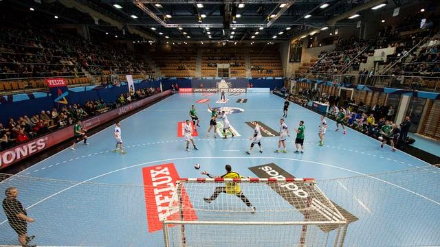 Blick in eine Sporthalle, in der Handball gespielt wird