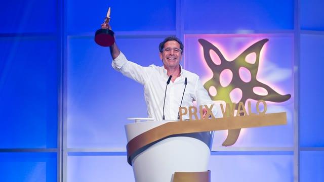 Il piunier da radio e televisiun Roger Schawinski gudogna il Prix Walo d'onur.