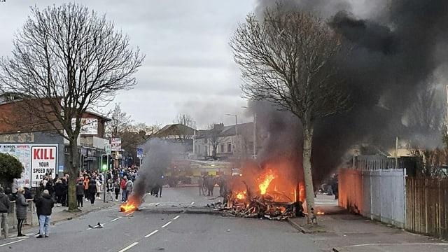 Brennender Bus auf der Shankill Road.
