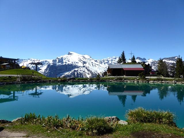 Bergseeli mit gespiegelten Bergen.