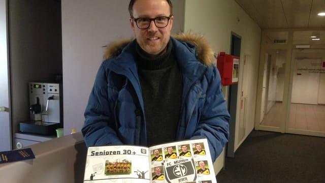 FC Muhen Präsident Christian Stecher präsentiert das Sammelheft seines Vereins
