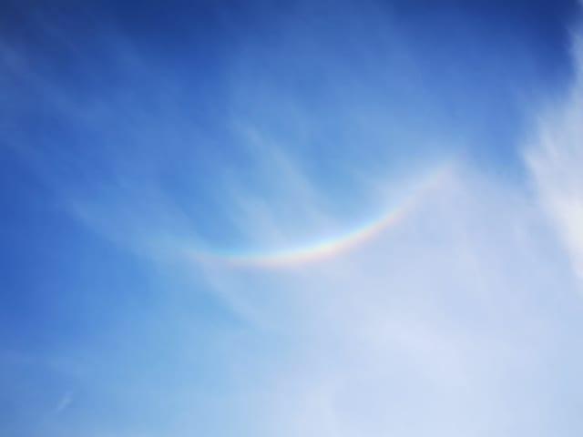 Farbiger Kreissektor am Himmel mit Schleierwolken.