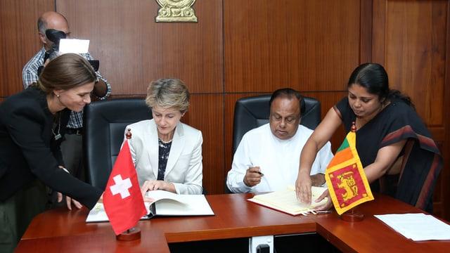 La ministra da giustia Simonetta Sommaruga ed il minister da l'intern da la Sri Lanka Seneviratne Bandara Nawinne.