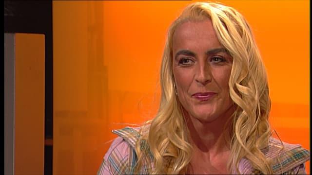 Eine Frau mit langen Blonden Haaren in einer Fernsehsendung.