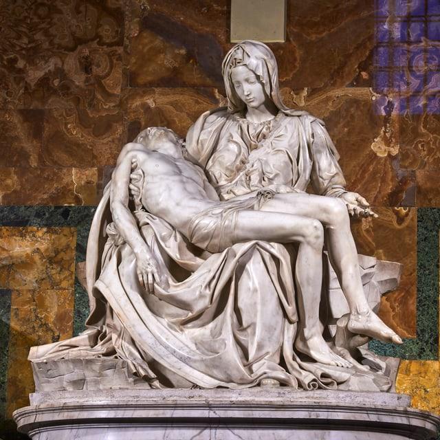 Skulptur einer Maria mit totem Jesus auf dem Schoss.