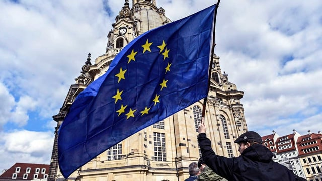 Man schwingt Europafahne.