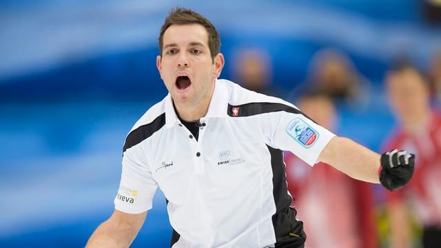 Sven Michel schreit Anweisungen übers Eis.