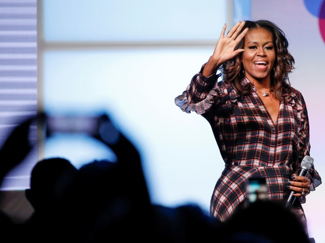 Michelle Obama auf einer Bühne.