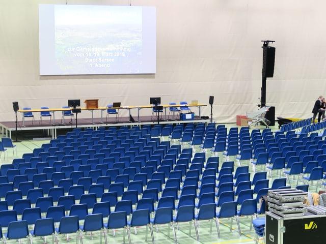 Blick auf die noch leeren Stühle in der Stadthalle Sursee, in der die Gemeindeversammlung stattfinden wird.