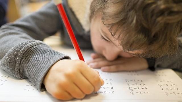 Ein Kind löst Mathe-Aufgaben