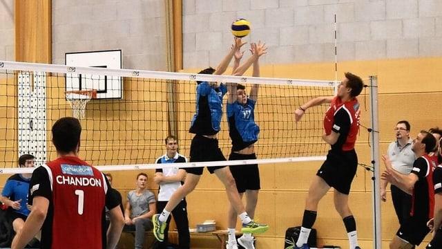Volleyball-Spiel: Kampf um den Ball am Netz