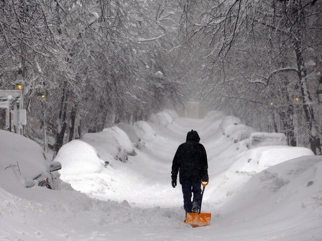 Mann mit Schneeschaufel in Beacon Hill/Boston
