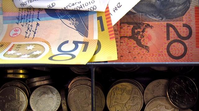 Eine Kassenschublade mit australischen 50-ern, 20-ern und Münzen.