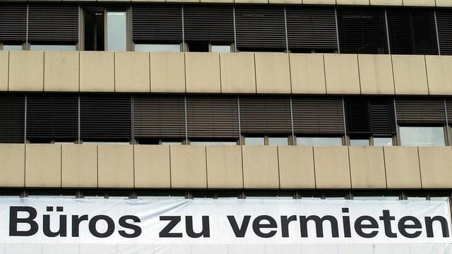 Aussenansicht auf Gebäude mit leeren Büroflächen