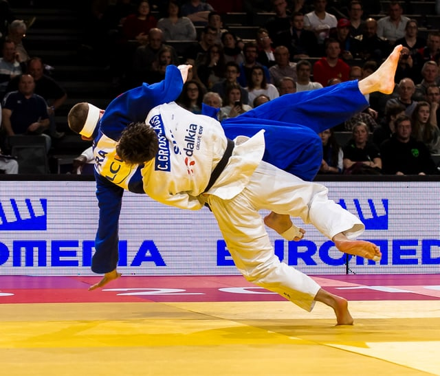 Zwei Judokämpfer in der Luft