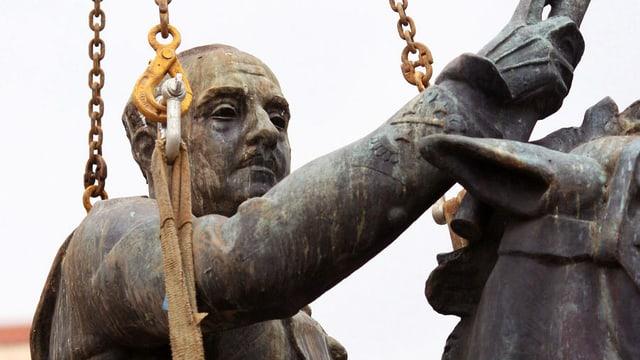 Ein Denkmal von Diktator Franco wird in Santander abgenommen.