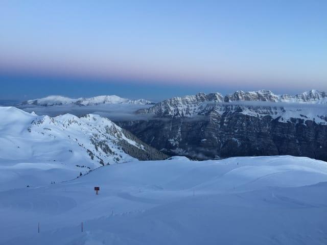 Blick auf Bergpanorma in der Morgendämmerung.