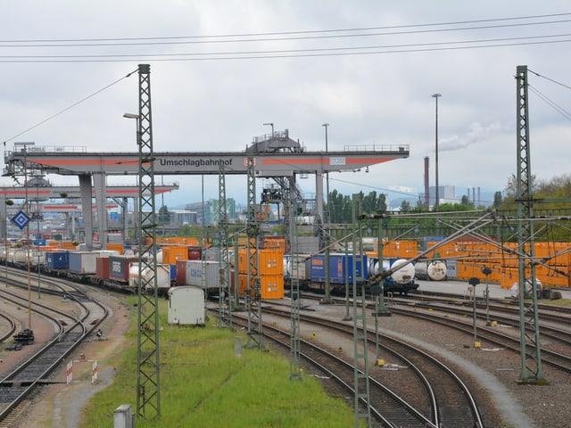 Güterzüge im Umschlagbahnhof bei Basel.