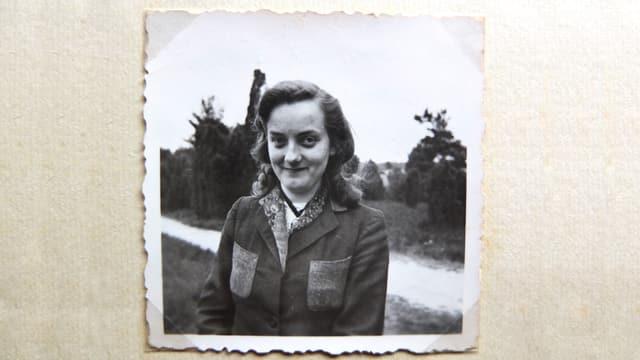 Portrait auf altem Fotopapier, schwarz-weiss
