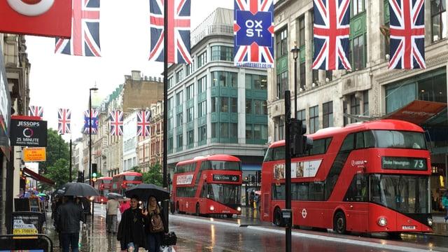 Il maletg mussa las bandieras en la Oxford Street a Londra.