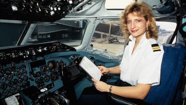 Gabrielle Musy sitzt in Uniform im Cockpit ihres Flugzeugs.