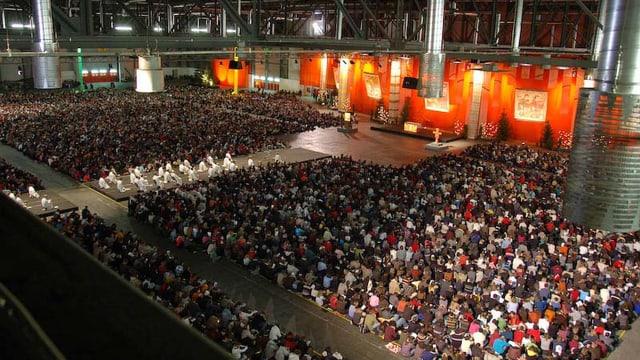Blick in die Halle eines Taizé-Treffens
