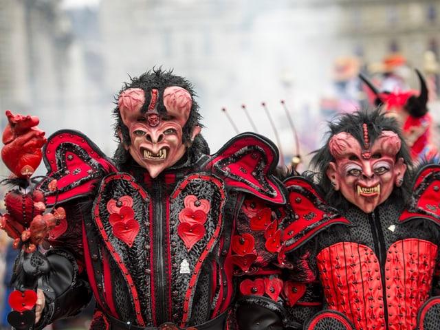 Fasnächtler als Teufel verkleidet.