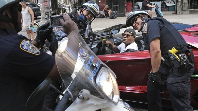 Komiker Tracy Morgan posiert für ein Foto mit Polizisten, die den Protest in New York beobachteten.