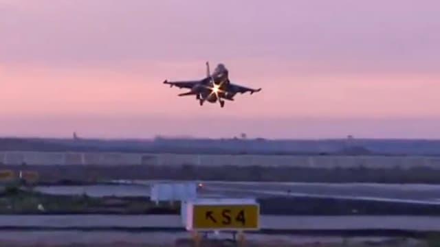 Militärflugzeug in der Luft.