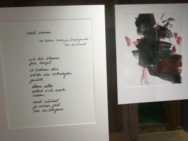 Eine Tafel mit einem Gedicht, daneben ein Bild - Beides hängt im Raum.