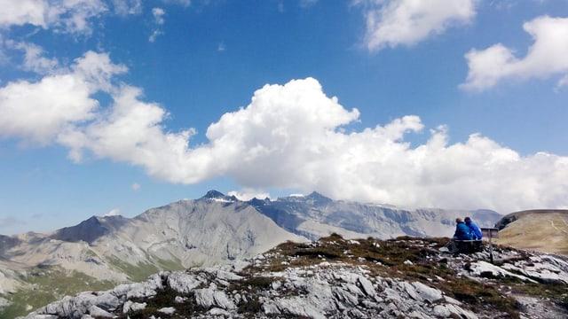 Ein Paar blickt vom Cassons (2675m) oberhalb von Flims auf das Unesco-Welterbe Sardona.