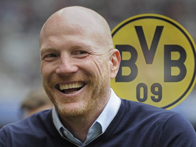 Sammer vor BVB-Logo