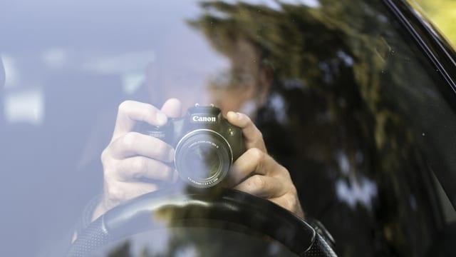 In detectiv fa fotografias zuppadas ord in auto.