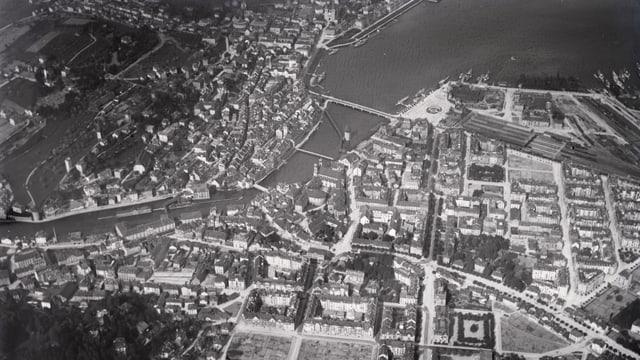 Eine schwarz-weiss Aufnahme einer Stadt aus der Vogelperspektive
