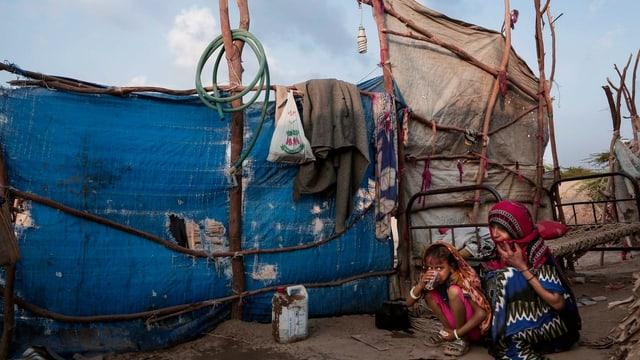 Mumma e feglia en in champ da fugitivs en il Jemen