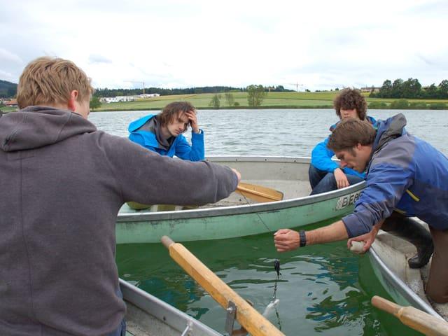 Die Teilnehmer des «nano»-Camps nehmen Sedimentproben im Moossee bei Bern.