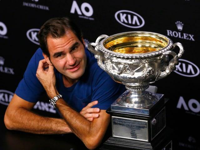 Federer im Medienraum mit dem Pokal