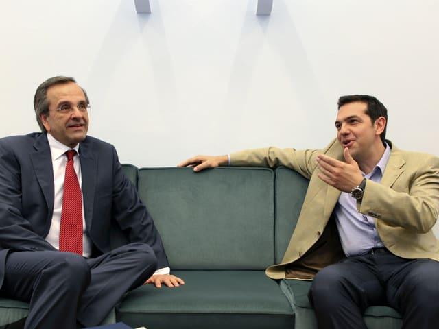 Samaras (links) und Tsipras auf einem Sofa.