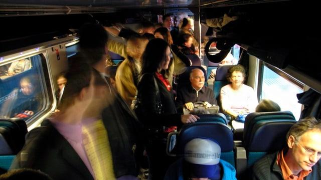 Zugpassagiere in einem vollen Zug.