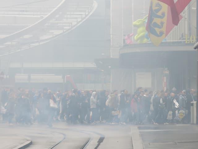FCZ-Fans nach der Ankunft am Bahnhof Bern. Das ist nicht etwas Nebel – die Fussballfans nebelten bereits nach Ankunft die Innenstadt ein. (srf)