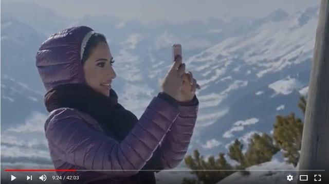 Schauspielerin Amel Mohamed vor imposanter Bergkulisse