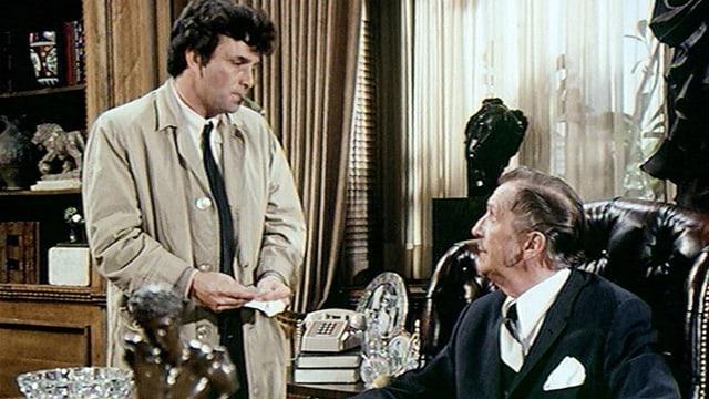 Inspektor Columbo spricht in seinem zerknitterten Trenchcoat mit dem Mörder aus der High Society, hier in «Columbo-Ein Hauch von Mord».